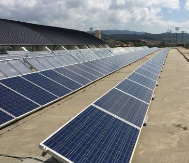 Instalación solar fotovoltaica de Alba Renova en instalación deportiva