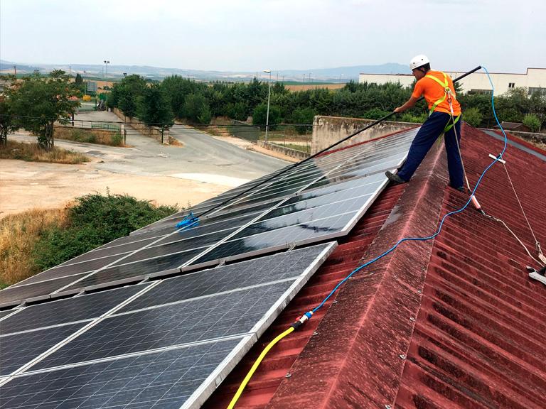 Alba Renova: limpieza de paneles solares en Artajona
