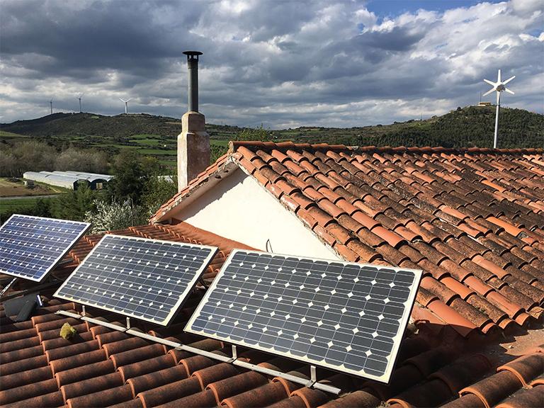 Instalación solar aislada colocada en un tejado